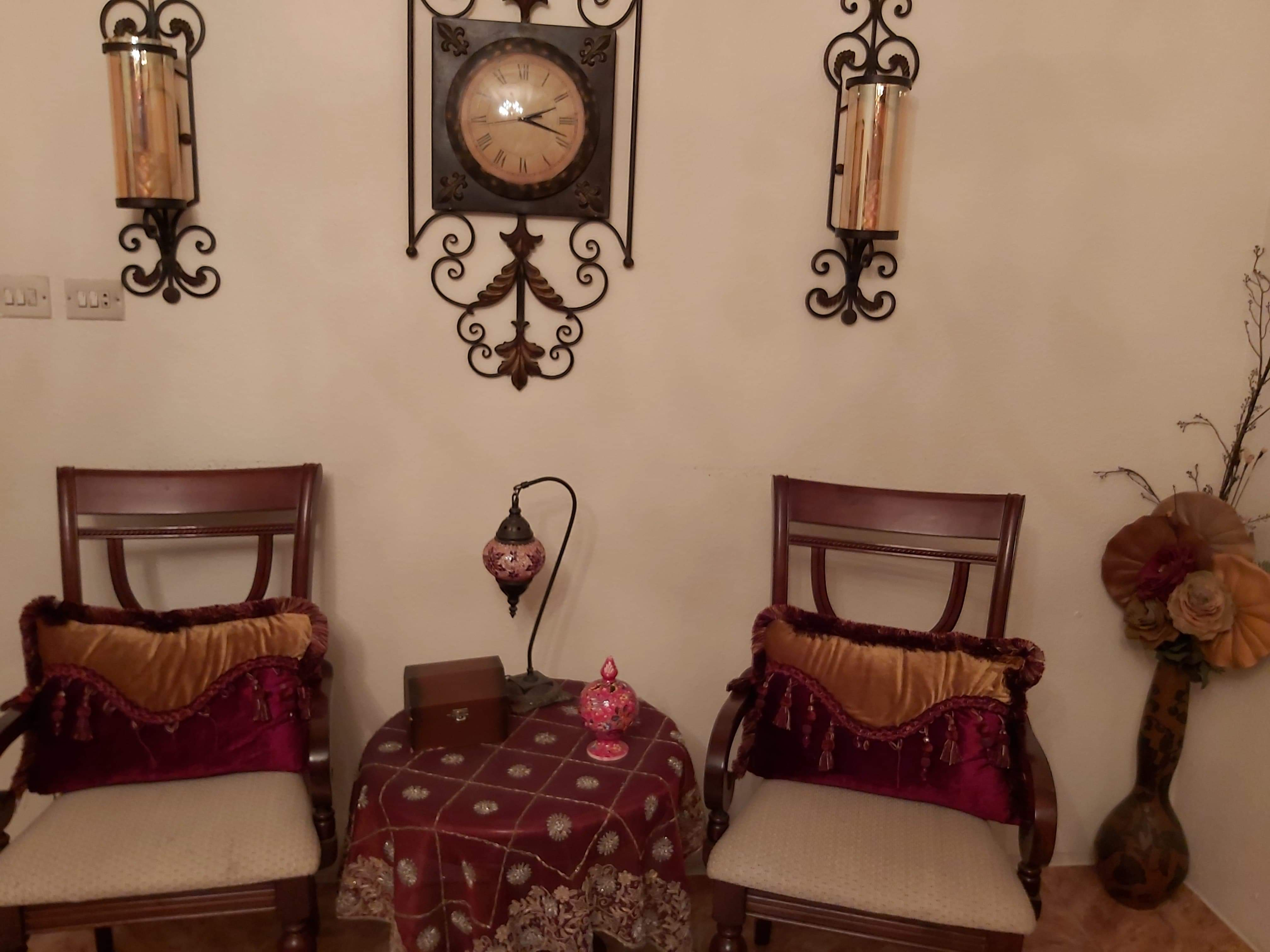 كرسيين وطاولة